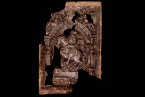 Fragment einer Blattkachel der Serie der Kurfürsten zu Pferd Typ Ettlingen mit dem Kurfürstenzu Mainz (?), graphitiert, Ende 17. Jh., Ettlingen, Albgaumuseum, urspr. Ettlingen, Hirschgasse