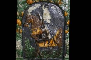 Blattkachel mit dem Kurfürsten zu Köln zu Pferde vom Kachelofen mit Kurfürsten zu Pferd von Schloss Wildshut mehrfarbig glasiert, Ende 17. Jh., Linz, Oberösterreichisches Landesmuseum, urspr. Schloss Wildshut a. d. Salzach