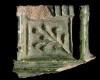 Fragment einer zinnengekrönten Kranzkachel mit durchbrochenem Halbzylinder vom Typ Tannenberg, grün glasiert, Ende 14. Jh., H. 4,2 cm, Br. 4,2cm, Sinsheim, Stadt- und Freiheitsmuseum