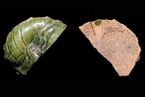 Fragment des Innenfelds einer Blattkachel aus der Serie der sieben freien Künste als Halbbilder Wittenberger Art mit der Allegorie der der Grammatik, grün glasiert, um 1550 Eschau, Burg Wildenstein