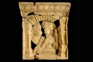 Fragment einer Kranzkachel mit ungleichem Liebespaar, unglasiert, um 1550, Rastatt, Archäologisches Landesmuseum Baden-Württemberg, Zentrales Fundarchiv, urspr. Karlsruhe-Durlach, Saumarkt