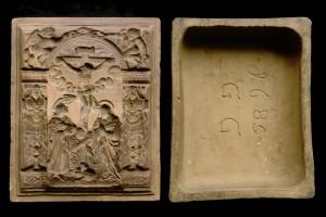 Fragment des Models einer Blattkachel der Serie der oberrheinischen Apostel mit der Kreuzigung in einer Aerkede von Typ 1, unglasiert, 1685, H. 24,5 cm, Br. 20,0 cm, Hauguenau, Musée Historique