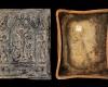 Fragment einer Blattkachel der Serie der oberrheinischen Apostel mit der Kreuzigung in einer Arkade mit Hiob und Samson, dunkelbraun glasiert, nach 1655, H. 29,5 cm, Br. 24,0 cm, Coburg, Kunstsammlung Veste Coburg