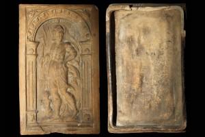 Fragment einer Blattkachel mit Merkur aus der Serie der Planeten nach Beham, graphitiert, 2. Hälfte 16. Jh., H. 31,0 cm, Br. 18,9 cm, Rüdesheim, Brömserburg