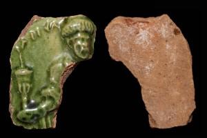 Fragment des Innenfelds einer Blattkachel mit dem Monat Januar aus der kleinen Monatsserie nach Amman (Typ 1), grün glasiert, Ende 16. Jh., H. 6.5 cm, Br. 5,2 cm, Emmendingen, Hochburg