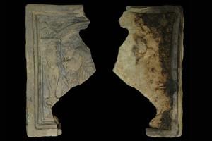 Fragment einer Blattkachel mit dem Monat Mai aus der kleinen Monatsserie nach Amman (Typ 1), graphitiert, Ende 16. Jh., H. 18,0 cm, Br. 9,5 cm, Frankfurt a. Main, Historisches Museum