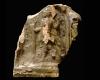 Fragment einer Blattkachel mit dem Monat April aus der kleinen Monatsseie nach Amman (Typ 1), grün glasiert, Ende 16. Jh., H. 13,5 cm, Br. 13,0 cm, Dieburg, Museum Schloss Fechenbach, urspr. Dieburg. Römerstraße
