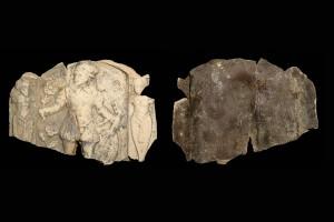 Fragment einer Blattkachel mit dem Monat Mai aus der kleinen Monatsseie nach Amman (Typ 1), graphitiert, Ende 16. Jh., H. 10,0 cm, Br. 14,0 cm, Dieburg, Museum Schloss Fechenbach, urspr. Dieburg. Minnefeld