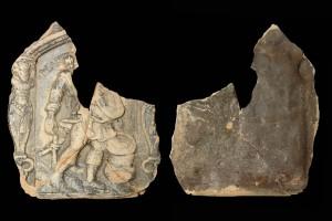 Fragment einer Blattkachel mit dem Monat März aus der kleinen Monatsseie nach Amman (Typ 1), graphitiert, Ende 16. Jh., H. 14,7 cm, Br. 12,5 cm, Dieburg, Museum Schloss Fechenbach, urspr. Dieburg. Minnefeld