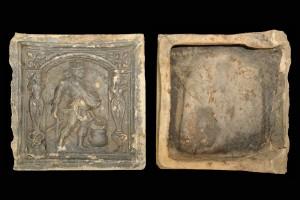 Fragment einer Blattkachel mit dem Monat März aus der kleinen Monatsseie nach Amman (Typ 1), graphitiert, Ende 16. Jh., H. 18,0 cm, Br. 18,0 cm, Dieburg, Museum Schloss Fechenbach, urspr. Dieburg. Minnefeld