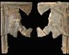 Fragment einer Blattkachel mit dem Monat August aus der großen Monatsserie nach Amman (Typ 3), graphitiert, Ende 16. Jh., H. 27,4 cm, Br. 16,9 cm, Königstein i. Taunus, Burg- und Stadtmuseum, urspr. Königstein i. Taunus, Burg