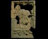 Fragment einer Blattkachel mit Ninus aus der Serie der reitenden Weltreiche in Arkade mit Samson, graphitiert, Anfang 17. Jh., H. 49,0 cm, Br. 32,0 cm, Rastatt, Archäologisches Landesmuseum Baden-Württemberg, Zentrales Fundarchiv, urspr. Karlsruhe-Durlach, Saumarkt