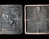 Fragment einer Blattkachel mit Cäsar aus der Serie der reitenden Weltreiche in schuppenbandbesetzter Arkade, graphitiert, Anfang 17. Jh., H. 34,5 cm, Br. 30,7 cm, Feuchtwangen, Fränkisches Museum