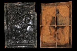 Fragment einer Blattkachel mit Cyrus aus der Serie der reitenden Weltreiche ohne rahmende Arkade, dunkelbraun glasiert, Anfang 17. Jh., H. 73,6 cm, Br. 50,5 cm, Meiningen, Schloss Elisabethenburg