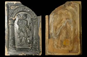Allegorie der Geometrie, dunkelbraun glasiert, Dieburg (?), 2. Hälfte 16. Jh., H. 28,9 cm, Br. 19,4 cm, Mainz, Landesmuseum