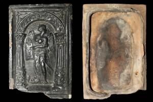 Fragment einer Blattkachel mit der Allegorie der Arithmetik (1561), dunkelbraun glasiert, Rheinland (?), 2. Hälfte 16. Jh., H. 28,3 cm, Br. 19,3 cm, Rüdesheim, Brömserburg
