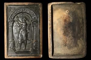 Fragment einer Blattkachel mit der Allegorie der Rhetorik (1561), dunkelbraun glasiert, Rheinland (?), 2. Hälfte 16. Jh., H. 29,6 cm, Br. 20,0 cm, Rüdesheim, Brömserburg