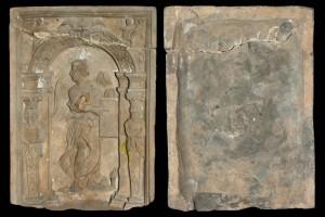 Fragment des Models einer Blattkachel mit der Allegorie der Arithmetik, unglasiert, Speyer (?), 2. Hälfte 16. Jh., H. 31,4 cm, Br. 23.1 cm, Speyer, Historisches Museum der Pfalz, urspr. Speyer, Greifengasse