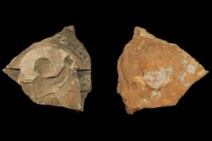 Fragment des Models einer Blattkachel mit der Allegorie der Rethorik, unglasiert, Speyer (?), 2. Hälfte 16. Jh., H. 14,1 cm, Br. 14,1 cm, Speyer, Historisches Museum der Pfalz, urspr. Speyer, Greifengasse