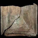 Fragment einer Blattkachel mit glattem, nischenförmig einziehendem Bildfeld, grün glasiert, Ende 16. Jh., H. 11,2 cm, Br. 12,1 cm, Nürnberg, Stadtarchäologie, urspr. Nürnberg, Hinteren Ledergasse