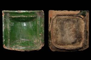 Fragment einer quadratischen Blattkachel mit glattem, nischenförmig einziehendem Bildfeld, grün glasiert, Anfang 16. Jh., H.19,0 cm, Br. 19,0 cm, Karlsruhe. Privatbesitz, urspr. Karlsruhe-Durlach, Rebenstrasse