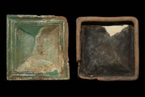 Fragment einer quadratischen Blattkachel mit glattem, nischenförmig einziehendem Bildfeld, grün glasiert, Anfang 16. Jh., H. 17,8 cm, Br. 17,3 cm, Hildburghausen, Stadtmuseum, urspr. Hildburghausen, Schlossplatz