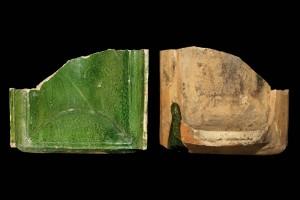 Fragment einer hochrechteckigen Blattkachel mit glattem, nischenförmig einziehendem Bildfeld, grün glasiert, Anfang 16. Jh., H. 14,9 cm, Br. 18,8 cm, Speyer, Historisches Museum der Pfalz, urspr. Kaiserslautern, Rittersberg