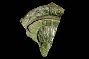 Fragment einer Blattkachel mit Kaiser Ferdinand I., grün glasiert, Mitte 16. Jahrhundert, H. 10,8 cm, Br. 8,8 cm, Altdahn, Burgmuseum