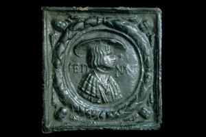 Fragment einer Blattkachel mit Kaiser Ferdinand I., braun glasiert, Mitte 16. Jahrhundert, H. 25,0 cm, Br. 25,0 cm, Stuttgart, Württembergisches Landesmuseum