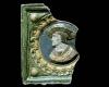 Fragment einer Blattkachel mit Kaiser Ferdinand I., polychrom glasiert, zweite Hälfte 16. Jh., H. 23,0 cm, Br. 21,0 cm Nürnberg, Germanisches Nationalmuseum