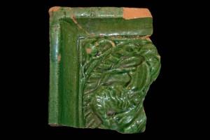 Fragment einer Blattkachel mit Ritter beim Gesteck in rundem Medaillon mit losem Tauband, grün glasiert, Oberrhein, um 1450,  Partenstein, Burg Bartenstein, H. 10,8 cm, Br. 9,5 cm