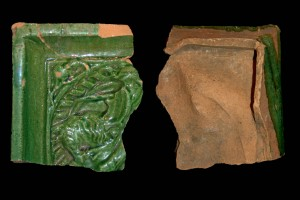 Fragment einer Blattkachel mit Ritter beim Gestech, in rundem Medaillon mit losem Tauband, grün glasiert, um 1450, H. 10,8 cm, Br. 9,5 cm. Partenstein, Burg Bartenstein