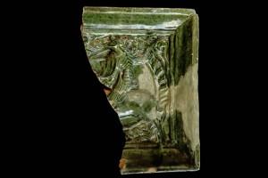 Fragment einer Blattkachel mit Ritter beim Gestech in rundem Medaillon mit losem Tauband, grün glasiert, um 1450, Emmendingen, Hochburg