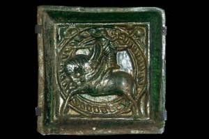 Fragment einer Blattkachel mit Ritter beim Gestech in rundem Medaillon mit glattem Band, grün glasiert, um 1450, Nürnberg, H. 15,0 cm, Br. 15,0 cm, Germanisches Nationalmuseum