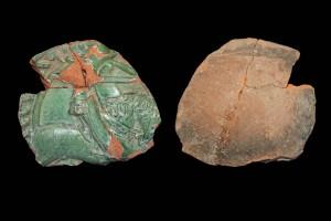 Fragment einer Blattkachel mit Ritter beim Gestech in rundem Medaillon mit glattem Band, grün glasiert, um 1450, H. 10,5 cm, Br. 12,0 cm, Emmendingen, Hochburg, Oberer Burghof