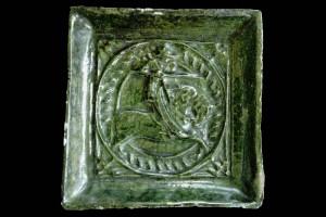 Fragment einer Blattkachel mit Ritter beim Gestech in rundem Medaillon mit glattem Band, grün glasiert, um 1450, H. 15,5 cm, Br. 15,0 cm, Waldkirch, Elztäler Heimatmuseum