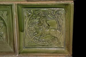 Blattkachel mit Ritter beim Gestech in rundem Medaillon mit glattem Band, Entwurf Bodo Ebhard, grün glasiert, um 1905, Hohkönigsburg i. Elsaß
