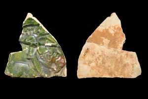 Fragment einer Blattkachel mit Ritter beim Gestech in rundem Medaillon mit glattem Band, grün glasiert, um 1450, H. 12,4 cm, Br. 11,9 cm, Speyer, Historisches Museum der Pfalz, urspr. Drachenfels/Pfalz
