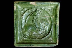 Blattkachel mit Ritter beim Gestech in rundem Medaillon mit glattem Band, grün glasiert, um 1450, Straßburg, Frauenhausmuseum