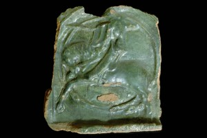 Fragment einer Blattkachel mit Ritter beim Gestech in rundem Medaillon mit glattem Band, grün glasiert, um 1450, Straßburg, Frauenhausmuseum