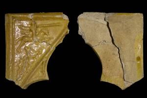 Fragment einer Nischenkachel Typ Tannenberg mit Ritter beim Gestech, gelb glasiert, Ende 14. Jh., H. 12,0 cm, Br. 10,0 cm, Dieburg, Stadtmuseum Schloss Fechenbach, urspr. Dieburg, Fuchsberg