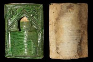 Fragment einer Nischenkachel Typ Tannenberg mit Ritter beim Gestech, grün glasiert, Ende 14. Jh., H. 25,5 cm, Br. 18,1 cm, Rüsselsheim, Museum der Stadt