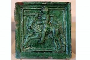 Blattkachel mit Ritter beim Gestech als Teil eines zylindrischen Oberofens, grün glasiert, zweites Drittel 15. Jahrhundert, Innsbruck, Tiroler Volkskundemuseum