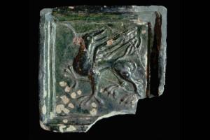 Fragment einer Blattkachel mit einem Greifen, grün glasiert, H. 18,0 cm, Br. 18,0 cm, Oberrhein/Nordschweiz, um 1400, Lörrach, Museum am Burghof, ohne Inv. Nr.