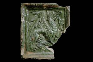Fragment einer Blattkachel mit Greif, grün glasiert, Oberrhein, 2. Hälfte 15. Jh., Altdahn, Burgmuseum