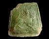 Fragment einer trapezförmigen Blattkachel mit Greif, grün glasiert, Oberrhein, 2. Hälfte 14. Jh., Breisach, Museum