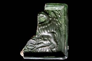 Fragment einer Blattkachel mit Greif, grün glasiert, Oberrhein, 2. Hälfte 15. Jh., Haguenau/Elsaß, Stadtmuseum