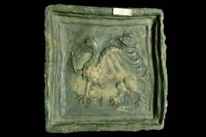 Fragment einer Blattkachel mit Greif, grün glasiert, Oberrhein, Ende 14. Jh., Karlsruhe, Badisches Landesmuseum, urspr. Burg Schmalenstein bei Weingarten/Baden
