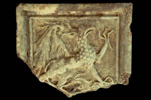Fragment einer Blattkachel mit Greif, unglasiert, Oberrhein, vor 1450, Freiburg i. Br., Landesdenkmalamt Baden-Württemberg, urspr. Neuburg a. Rhein, Rathausneubau