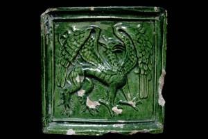 Fragment einer Blattkachel mit Greif, grün glasiert, Oberrhein, 2. Hälfte 15. Jh., Offenburg, Museum im Ritterhaus